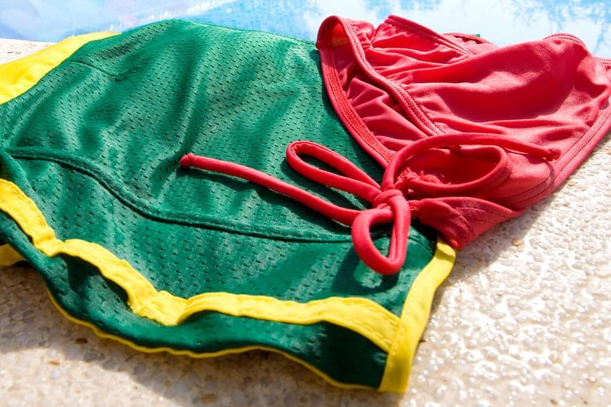 Ne hagyd magadon a vizes fürdőruhát!                          Akármilyen meleg is van, érdemes lecserélned a vizes fürdőruhát strandruhára vagy egy szárazra, amennyiben érzékenyebb vagy a különféle fertőzésekre, illetve gyakran felfázol, a nedves, párás közeg ugyanis kedvez a baktériumok és gombák szaporodásának, aminek következtében bőrfertőzés, az intim terület fertőzése, illetve húgyúti fertőzés is kialakulhat.