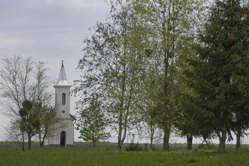 Az Őrség déli részén, a Kerka völgyében fekszik a 78 lelket számláló Kerkáskápolna, amely az 1500-as években még Őriszentpéter után a legnépesebb település volt. Előbb török támadások veszélyeztették a falut, majd az 1700-as években vallásüldözések miatt hagyták el sokan a települést. A meseszép tájegységet innen kerékpárral vagy gyalogosan is bejárhatod, a falut érinti a Szent Márton Európai Kulturális Útvonal.