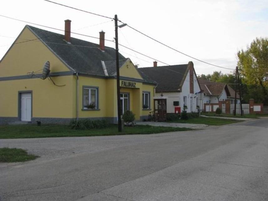 Nem lakói ingerültségéről kapta nevét a Győr-Moson-Sopron megyei Mérges: a XV. században a községurát hívták Mérges Miklósnak, aki várat és kőhidat is építtetett a Rába-menti településen. A 85 lakossal bíró csendes falu a folyó kanyarulatában fekszik, a környék könnyed barangolásra, baráti táborozásra csalogatja a látogatókat.