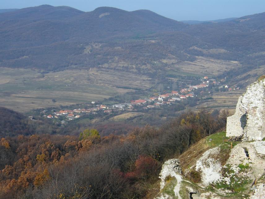A Zempléni-hegység lába tele van bájos, pici falvakkal, ahol nem csupán gyönyörű környezetben, kristálytiszta levegőben és csendben, de nagyon kedvező áron is pihenhetsz. A Tokaji borvidék közelében fekvő, 76 fős Regéc a közeli, helyreállított várról híres, ahonnan az egész Hernád-völgyet beláthatod. A településen halad át az Országos Kéktúra útvonala is.