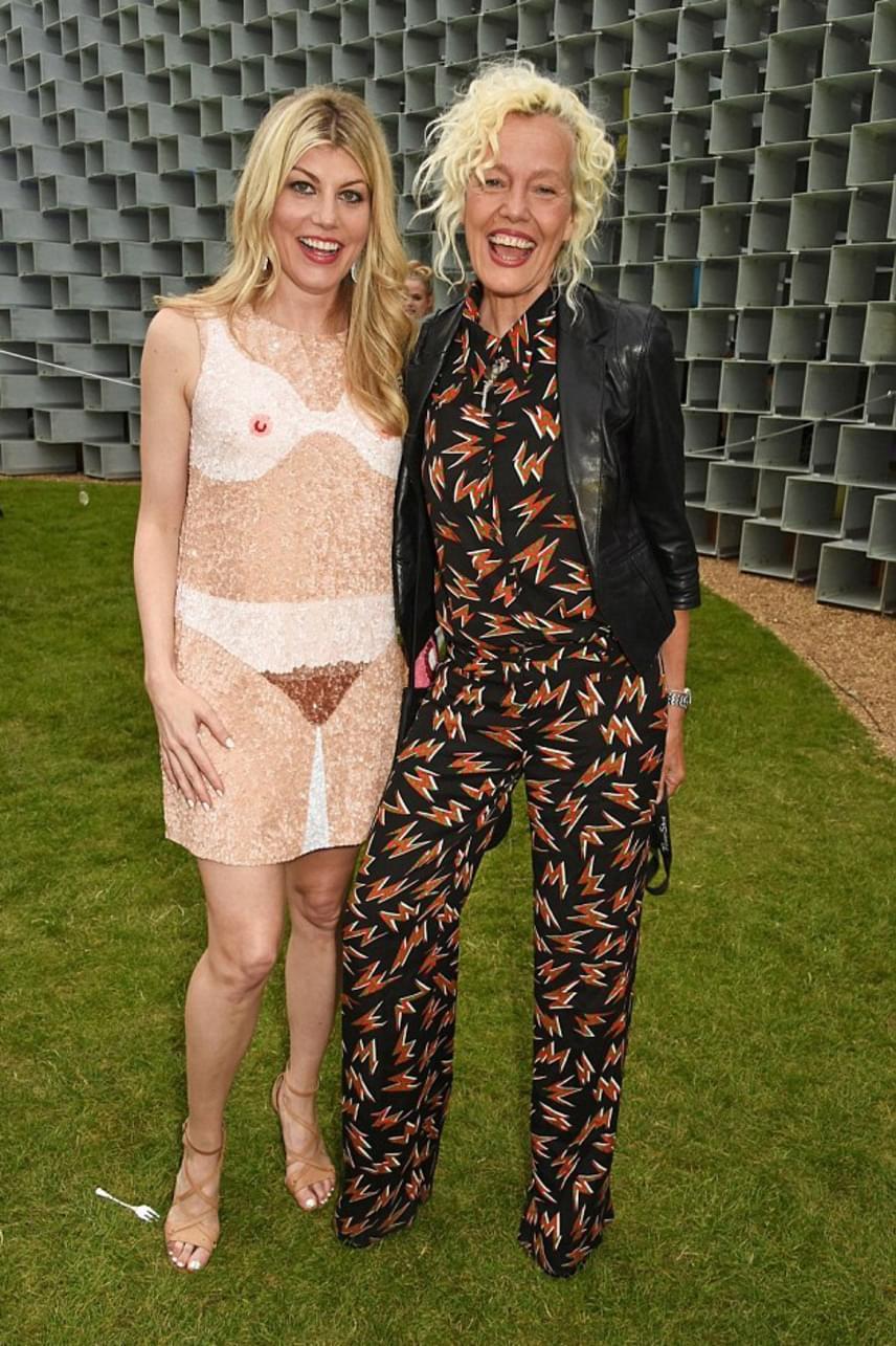 A színésznőt nem érdekelték a gúnyos megjegyzések: mosolyogva pózolt a ruha tervezőjével, Ellen von Unwerthtel.