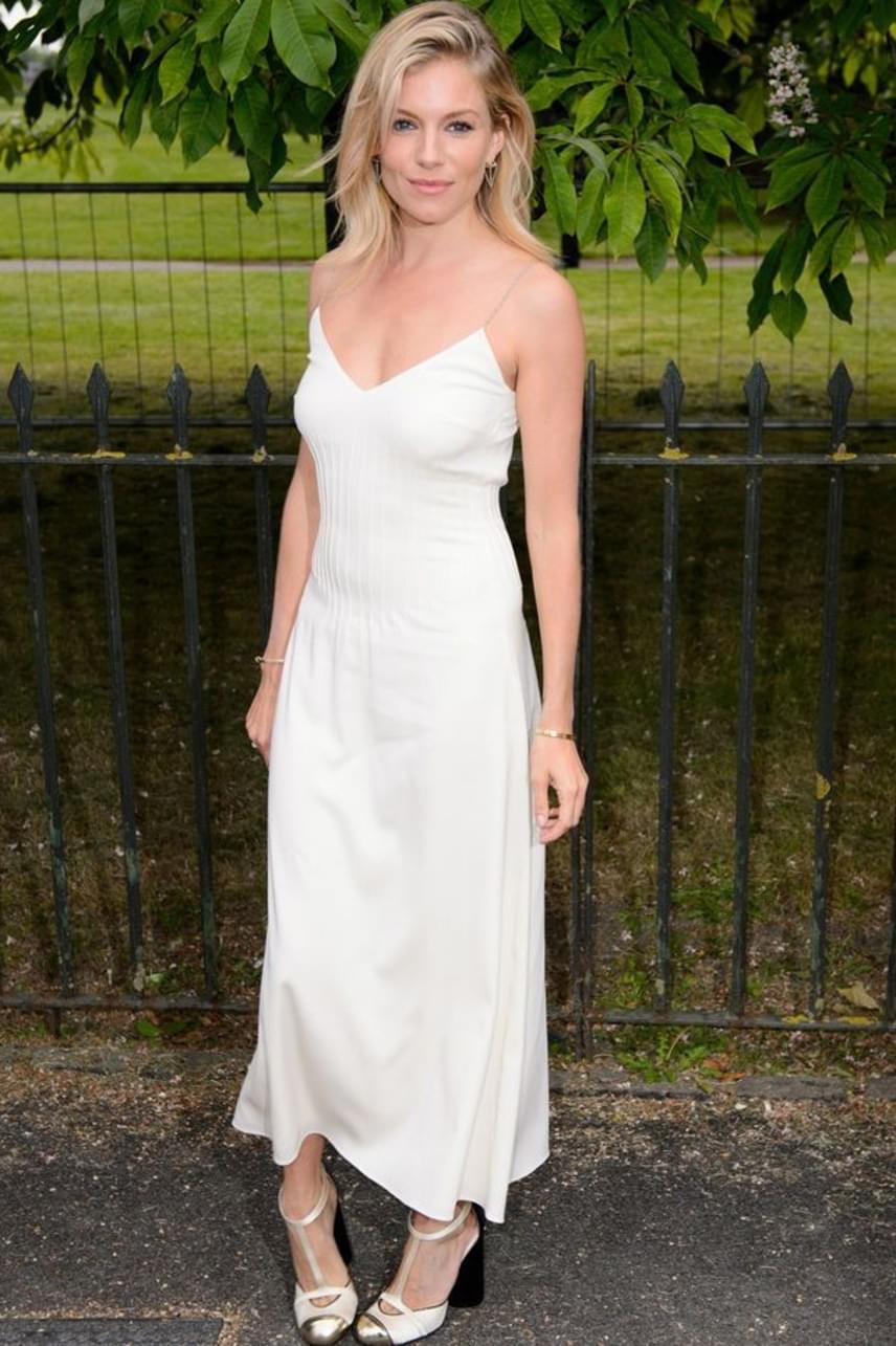 Sienna Miller igazi istennőként tündökölt egyszerű, hófehér ruhájában: a színésznő mindig bebizonyítja, hogy a kevesebb néha több.