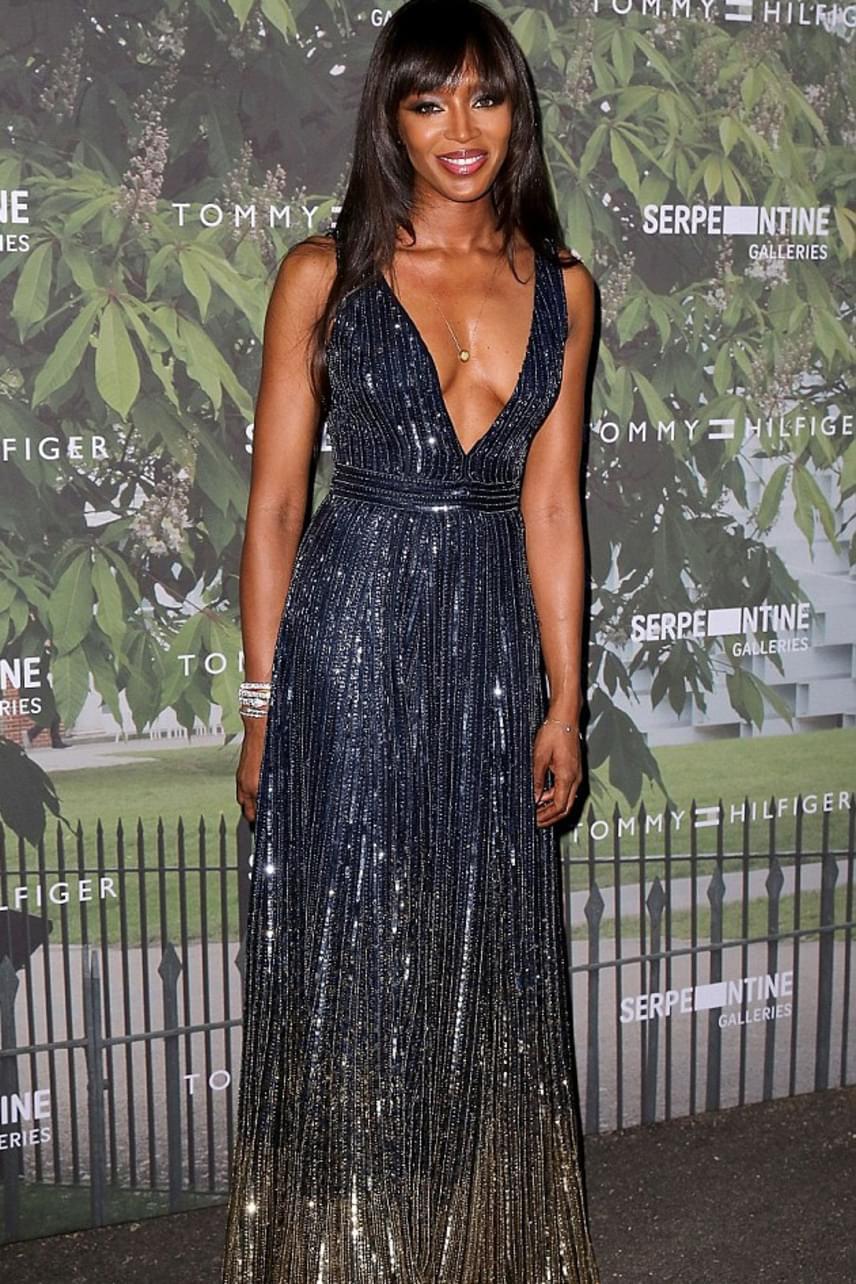 Nem győzték dicsérni a modellből színésznővé avanzsált Naomi Campbell sötétkék-arany, ombre hatású, flitteres ruháját, amiben legalább tíz évvel fiatalabbnak látszott.