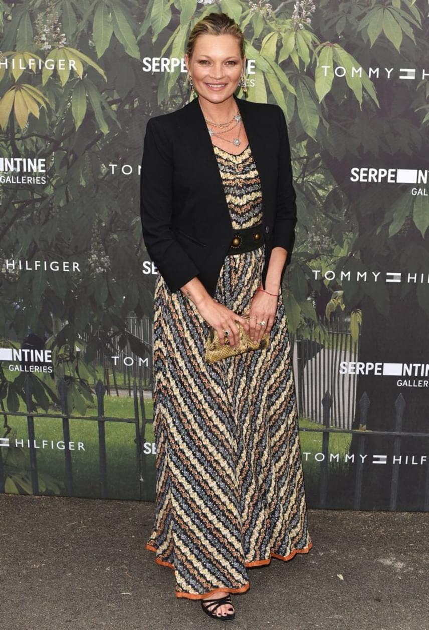 Kate Moss nagyon szolid ruhát választott az eseményre, színes maxiruháját egy egyszerű fekete blézerrel párosította.