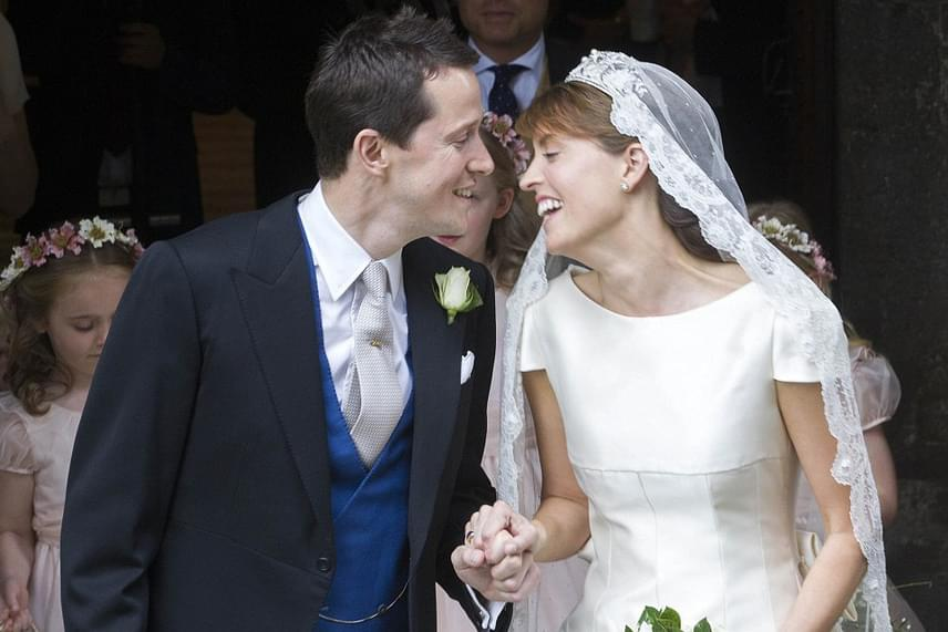 Alexandra Knatchbull és Thomas Hooper menyegzőjét az év esküvőjeként tartják számon, ami nem is csoda, ha a piruló arát maga a walesi herceg kíséri oltárhoz.