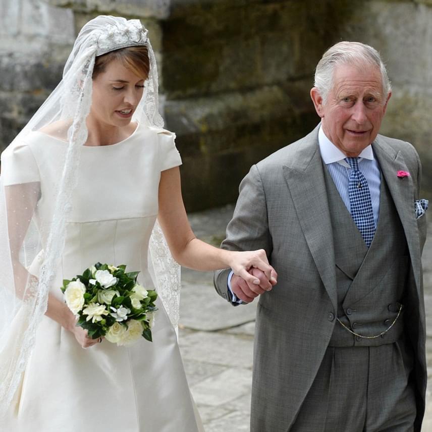 Kamilla nem is jelent meg az eseményen, Károly herceg Anna hercegnővel, Erzsébet királynővel és Fülöp herceggel érkezett, hogy az oltárhoz kísérhesse Alexandrát.
