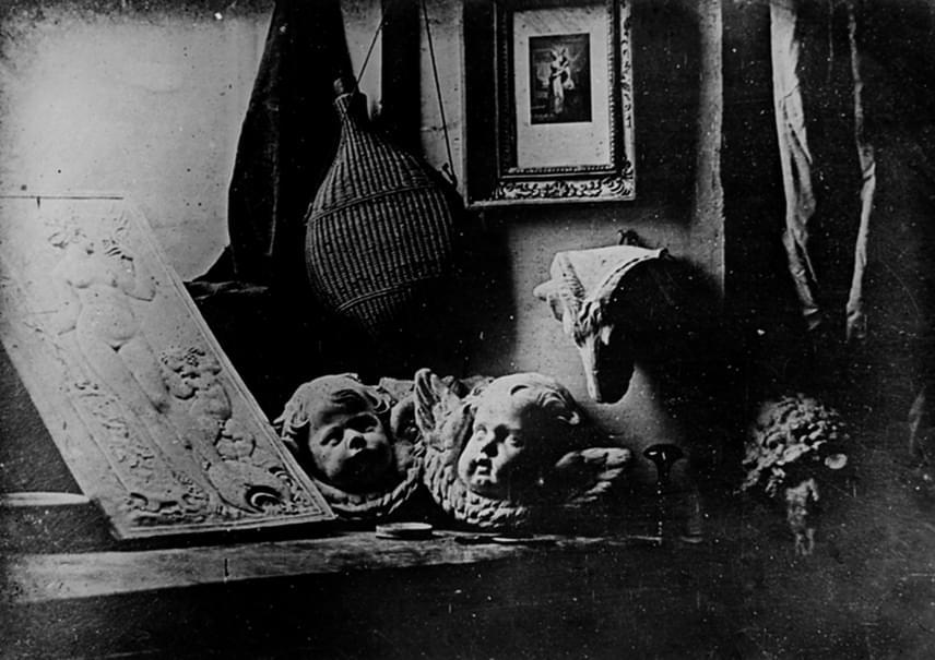 Egy ritkasággyűjtemény darabjai - ezt a címet adta Louis Daguerre az első ismert dagerrotípiának. A kezdetleges technika ellenére a körülményekhez képest gyönyörű tiszta a felvétel.