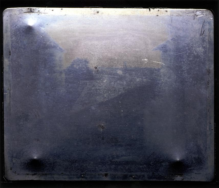 Már Daguerre-t megelőzően is voltak próbálkozások: Joseph Nicephore Niepce az 1820-as években lyukkamerával és egy bitumennel bevont ónlemezzel hozta létre ezt a képet, amelynek javított változatát a következő fotón láthatod.