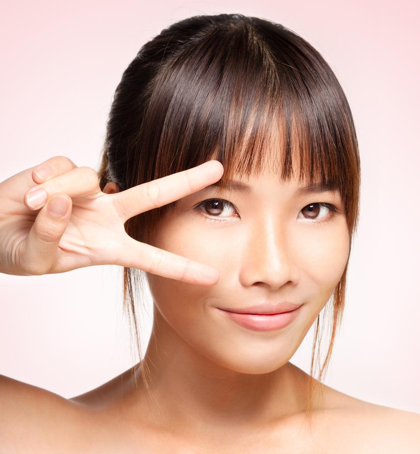 Szuper trükk az arc keskenyítésére ez az Ázsiában is nagyon népszerű fazon, mely nemcsak a szemöldök vonaláig érő frufrut, de az oldalt hosszabbra hagyott tincseket is tartalmazza. Előnye, hogy kiemeli az áll vonalát és a nyak karcsúságát - főleg, ha hátul kontyba vagy lófarokba fogod a hajad.