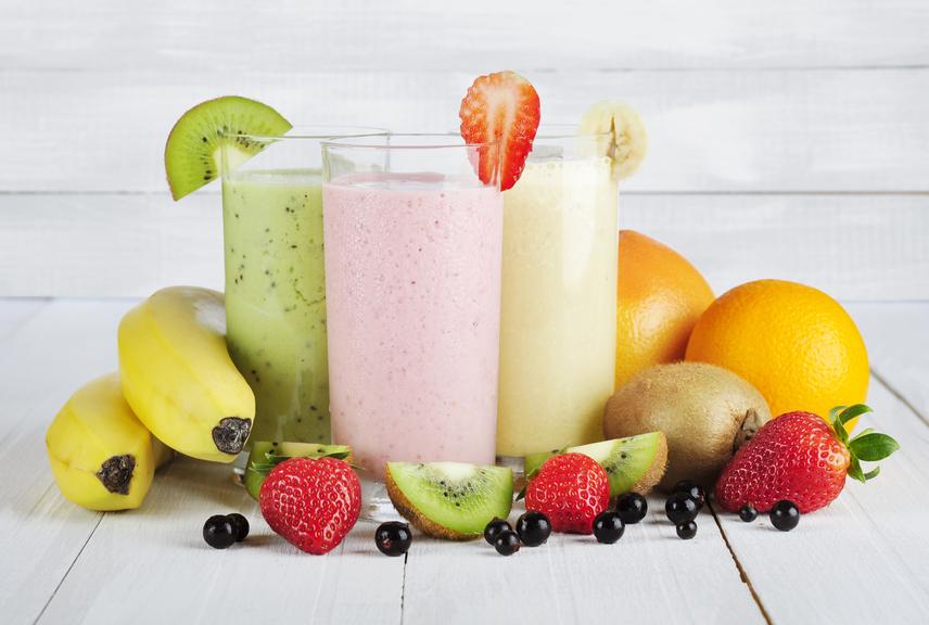 A turmixok ideálisak ahhoz, hogy vitaminokkal, antioxidánsokkal és zsírégető hatóanyagokkal töltsd fel a szervezetedet, ám sohasem szabad elfelejteni, hogy nem kalóriamentesek. Különösen érdemes odafigyelni, ha nemcsak gyümölcsök és zöldségek, hanem magvak, kókuszolaj, tejtermékek és fehérjeporok is kerülnek a smoothie-ba, amivel akár 800 kalóriát is pakolhatsz egy pohárba!