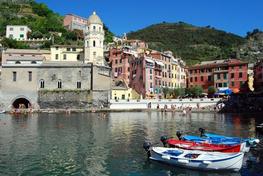 Ha olaszországi strandokról esik szó, a legtöbbeknek Bibione és Jesolo jut eszébe elsőként a maguk forró, homokos partjával. Ezeken a strandokon azonban főszezon idején egy tűt sem lehet leejteni. Az északnyugati parton található hangulatos Chinque Terre falvacskái azonban izgalmas tengerparttal, öblökkel, sőt, egyenesen az utcákról nyíló strandokkal várják a fürdőzőket a Ligur-tengernél.