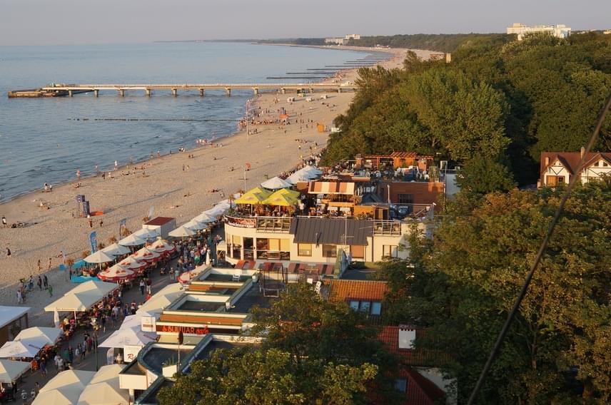 Ha egy kicsit hosszabb utat bevállalsz, nagyszerű tengerparti élményekben lehet részed Észak-Lengyelországban is, ahol a Balti-tengerben mártózhatsz meg. A víz hőmérséklete ugyan nem magas, nyáron átlagosan 18-20 fok körül van, de ha bírod a hűvösebb pancsolást, homokos és nagyon hosszú partszakaszon pihenhetsz, egy kis túrával pedig számos meseszép látnivalót megcsodálhatsz, így akár a Słowiński National Park homokdűnéit is.