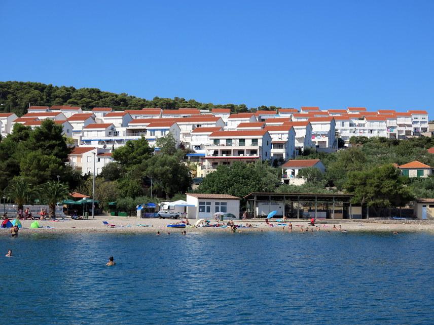 Az Adriai-tenger, legfőképpen annak hosszú, horvátországi partszakasza rendkívül közkedvelt utazási célpont, köszönhetően a könnyen bejárható partnak és a fokozatosan mélyülő, nyugodt víznek. Pontosan ezért óriási tömeg fogadhat az ismert strandokon. Van azonban néhány sziget, ahova bátran tervezheted a pihenést - ilyen például a képen láthatóŠolta is, amely az ország déli részén található, és Splitről közelíthető meg.