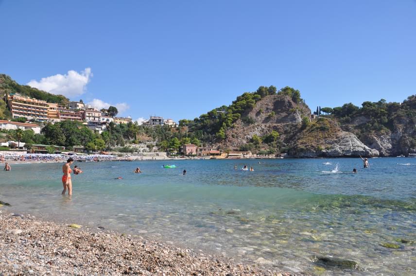 Ha mégis inkább Olaszország felé vennéd az irányt, de a klasszikus, mégis nyugodt tengerpartra vágysz, utazz tovább Szicíliába! Palermo környékén még viszonylag sok a turista, de a déli és a keleti part mentén, például Taormina környékén temérdek kisebb üdülővárost és falut találhatsz, ahol megmártózhatsz a Jón-tengerben.