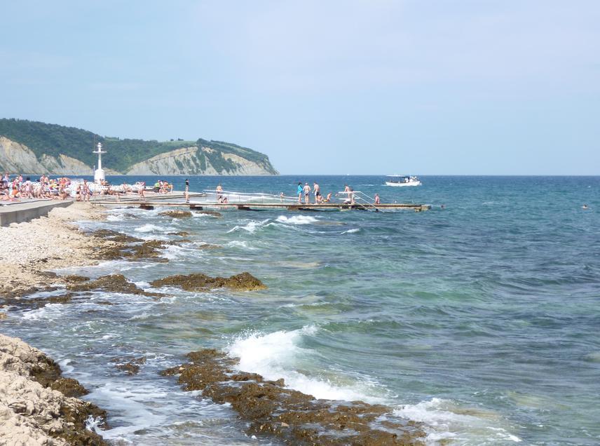 Bár Szlovéniába nem kizárólag a tengerpart miatt érdemes elutazni, egy 47 kilométer hosszú partszakasszal ez az ország is büszkélkedhet. A víz ugyan Horvátországban szelídebb, azért itt is találhatsz kiépített strandokat: a képen látható Izola mellett a kék zászló minősítést évek óta elnyerő Strunjant is érdemes meglátogatni, ha zavartalan fürdőzésre vágysz.