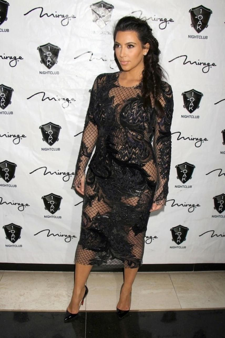 Kim Kardashian 2013-ban vállalt be egy hasonlóan szexi darabot - ráadásul a valóságshowsztár sem húzott alá fehérneműt.