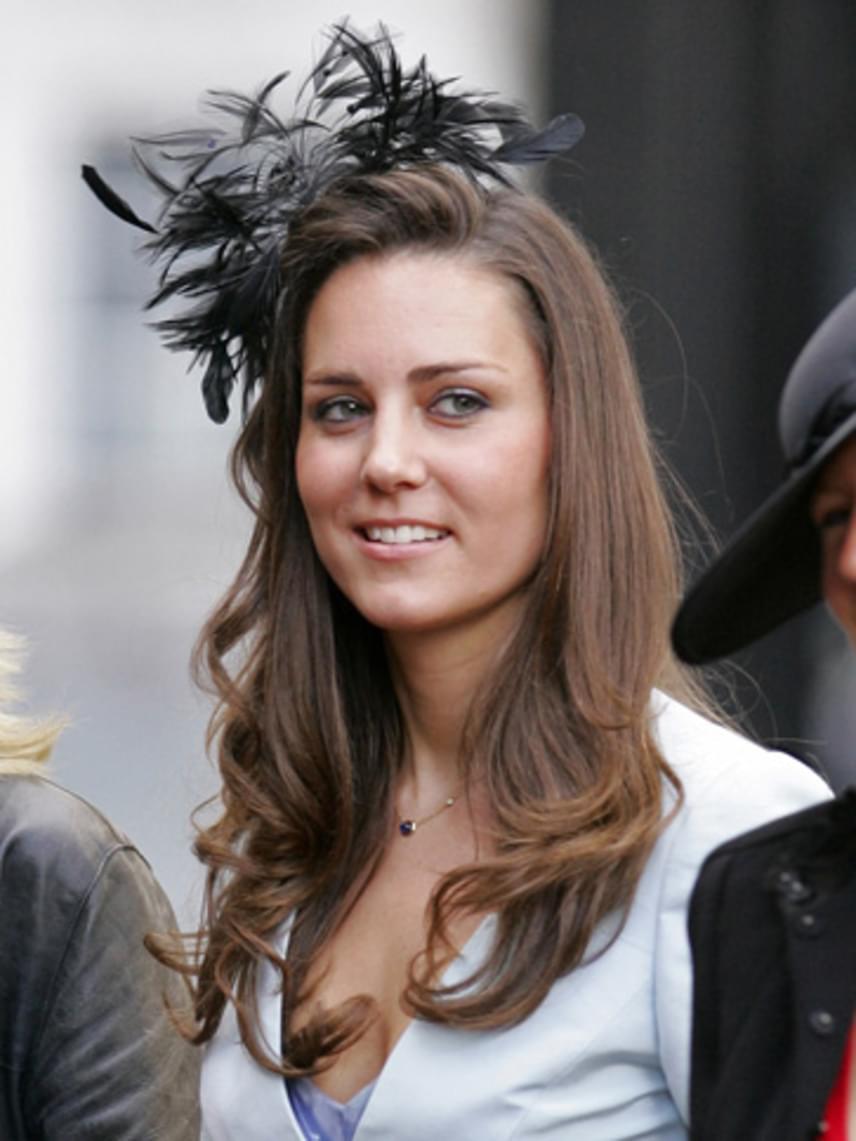 2008-ban is előrukkolt egy hasonló darabbal, bár akkor legalább csak fekete tollak díszítették a haját. Szerencsére a stílusa sokat javult, amióta Kate Middletonból Katalin hercegné lett.