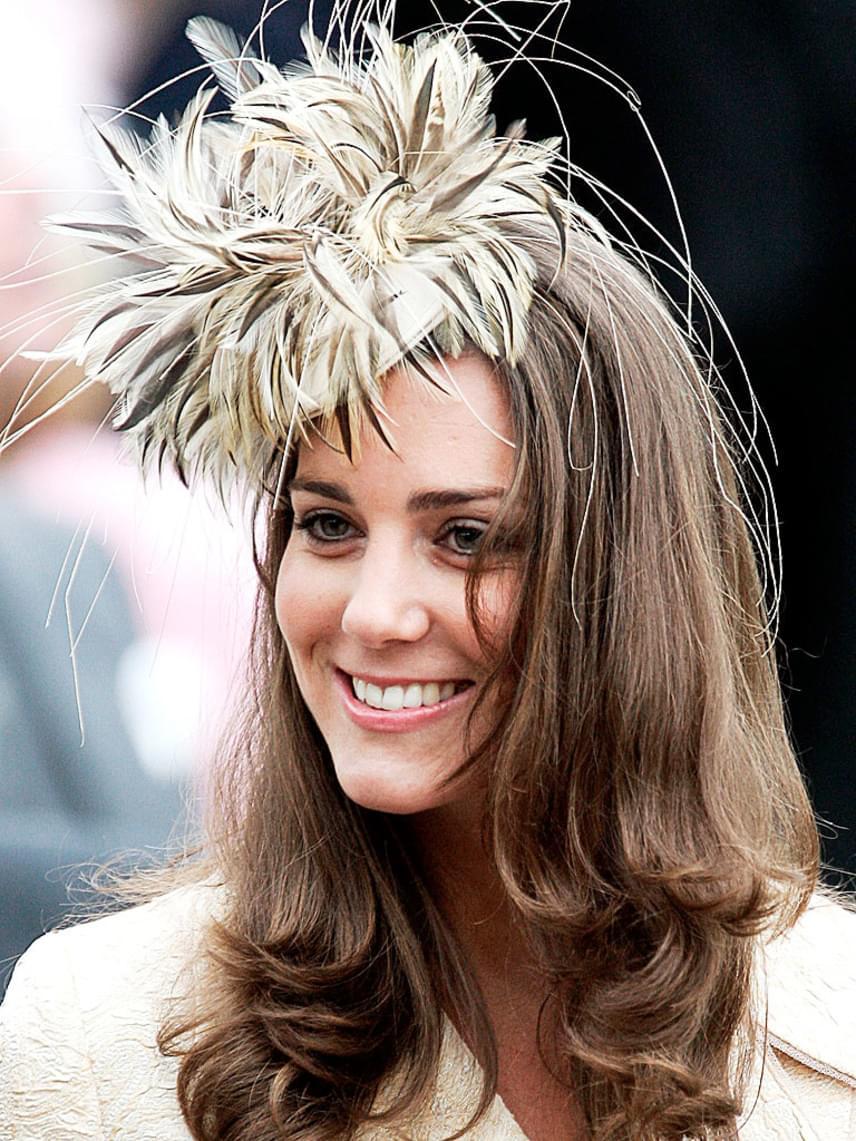 2006-ban, Kamilla hercegné lányának esküvőjén viselte ezt a tollakkal díszített hajbavalót, amire a britek nemes egyszerűséggel azt mondták: olyan, mintha egy döglött madár akadt volna a hajába.