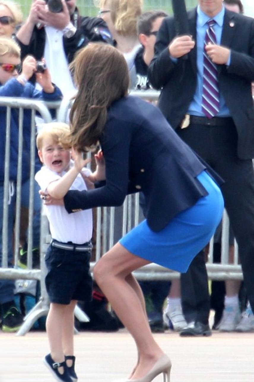 Habár hetek óta várta, hogy láthassa a repülőket, a hatalmas tömeg és a hangos légcsavarzúgás nem igazán nyerte el a kis trónörökös tetszését - ijedtében sírva kérte édesanyját, hogy vegye inkább fel.