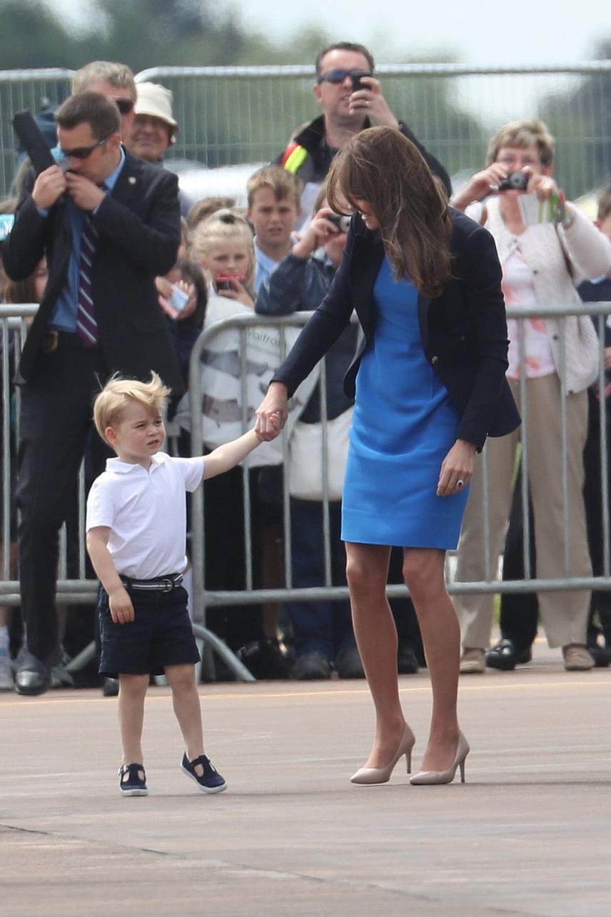 Győzött György herceg kíváncsisága, később édesanyja kezét fogva már közelebb mert menni a katonai járművekhez.