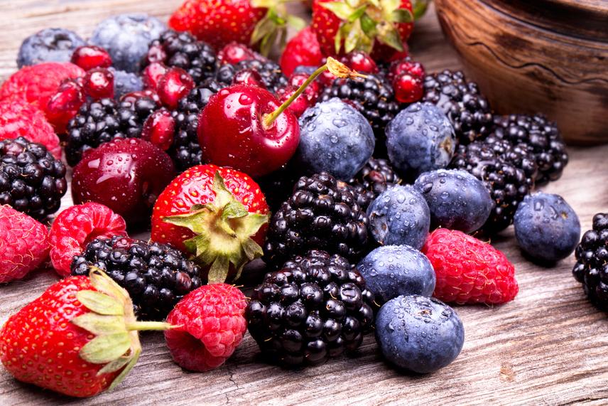 A bogyós gyümölcsök - például ribizli, áfonya, szeder, málna, eper, homoktövis, berkenye - elsősorban élénk színükkel hívják fel a figyelmet arra, hogy mennyire egészségesek. Tele vannak antioxidánssal, de ami még fontosabb, hogy rákellenes fitotápanyag is van bennük. A piros bogyós gyümölcsökben megtalálható egy speciális növényi vegyi anyag, az antocián. Ez az anyag amellett, hogy a 2-es típusú cukorbetegség megelőzésében is segíthet, és védi a szívet, akadályozza a sejtek rákosodásra való hajlamát. Leginkább a vastagbél-, száj- és bőrrák esetén hatékony. Mindemellett ezeknek a gyümölcsöknek a szénhidráttartalma is kicsi, de vitaminokban, ásványi sókban, élelmi rostokban gazdagok, tehát jól beilleszthetőek diétába is.
