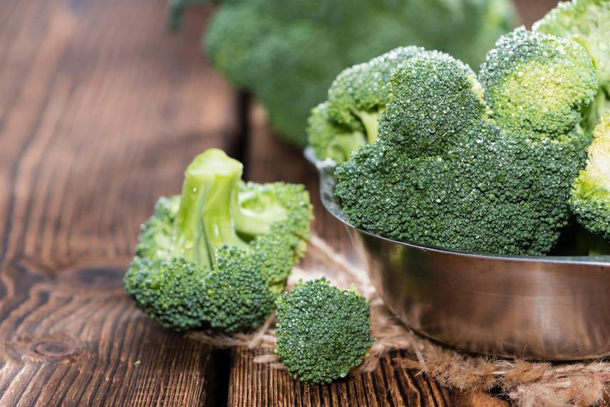 A brokkolit egészségmegőrző növénynek is szokták hívni a táplálkozástudósok. A keresztesvirágú zöldségeknek bizonyított szívvédő és rákellenes hatása van, de a brokkoliban található legnagyobb mennyiségben a szulforafán, ami erősíti a szervezetben található enzimeket, és tisztítja a szervezetet a rákot okozó vegyi anyagoktól. A brokkoli kemopreventív hatását állatkísérletek már alátámasztották. A zöldség erős immunerősítő is egyben, a benne található fitovegyületek a hormonháztartást is normalizálják. Ezen felül segít helyrehozni a diabétesz által roncsolt érfalak állapotát is. A brokkoli hatékonynak bizonyult a tüdő-, máj-, gyomorrák elleni küzdelemben is, szóval fogyaszd korlátok nélkül!