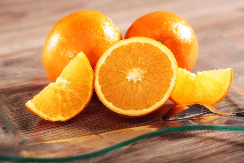 A narancs jelentősen csökkenti a betegségek kialakulásának esélyét - már csak óriási C-vitamin-tartalma miatt is. Ezért is van fokozott sejtvédő hatása, és a szabad gyököket is aktívan semlegesíti. Ez pedig kulcsfontosságú a rák és a szívbetegségek megelőzésében. A narancs, mint az egyik legfontosabb citrusféle, limonoidtartalommal is rendelkezik. Ez az anyag felveszi a harcot az olyan daganatos elváltozásokkal, mint a bőr-, a mell- és a vastagbélrák. A narancsban található rostok és antioxidánsok csökkentik a koleszterinszintet is. Ezen kívül a déligyümölcs tele van káliummal, ez az ásványi anyag pedig segíti a szívműködést.