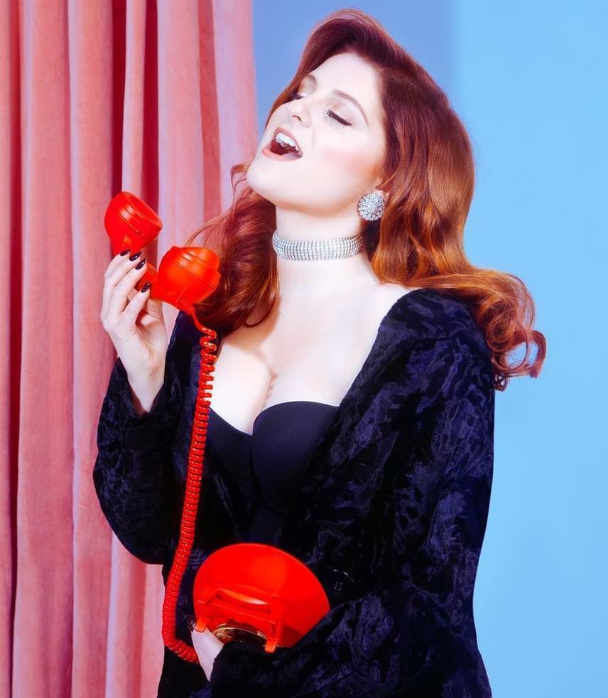 A korábban szőke énekesnő új, vörös frizurájához nagyon jól illett a képek kissé retró hangulata.