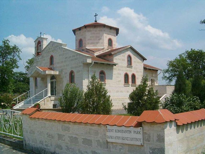 Bár az Égei-tenger nem övezi, egy csipet Görögországgal Fejér megyében is találkozhatsz. Beloiannisz, a görög nemzeti kisebbség falva kulturális sokszínűségünk kincse. A Görögfalvának is nevezett települést a görög polgárháborúból menekülők számára építették kvázi önkéntes alapon 1950-ben, a mediterrán hangulatú építmények és az ortodox templom azonban egy egészen más világba varázsol el.