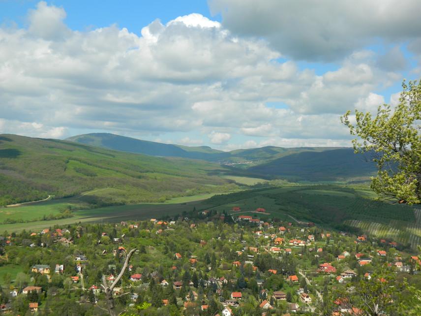 Bár a pilisi túrák legkedveltebb célpontja a titokzatos Dobogókő, a turistáktól nyüzsgő, zajos hegyen - különlegessége ellenére is - nehéz valódi nyugalmat találni. A Pomáz szomszédságában és a pilisi lankák ölelésében fekvő Csobánka azonban szintén remek helyszín az elcsendesedéshez. Nem véletlen, hogy a falu és a hozzá közeli Szentkút is fontos zarándokhelynek számít. A falu és a kút közti úton pedig még a haris érces hangját is meghallgathatod.