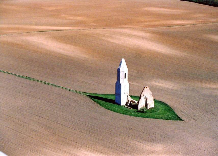 Somogyvámos azonban nem csak Krisna-völgyéről híres. Pusztatemploma a török hódítások előtti korról árulkodik, amikor egy Csopak nevű település állt a helyszínen. A község elpusztult, de emlékét őrzi a máig fennmaradt Árpád-kori romtemplom.