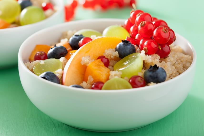 A ribizli igen jelentős mennyiségben tartalmaz C-vitamint - 100 grammonként akár 40 milligrammot is -, így erőteljes immunerősítő hatásra számíthat, aki rendszeresen fogyasztja, emellett azonban B- és E-vitaminban is gazdag, valamint magnézium, vas, kalcium és kálium is nagyobb mértékben található meg benne. Ha kevésbé kedveled fanyar ízét, tökéletes kiegészítője lehet édesebb gyümölcsöket is tartalmazó salátáknak is. Ha önálló, teljes értékű fogást szeretnél varázsolni belőle, érdemes például egy kis főtt quinoával kiegészítened, ahogy a képen is látható. De például fahéjas rizzsel is helyettesítheted ez utóbbit.