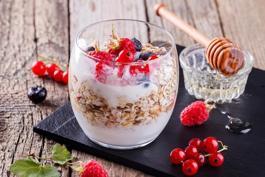 A joghurtot más gyümölcsökkel, valamint magvakkal, zabpehellyel is kiegészítheted, sőt, a ribizlit akár zabkásához is keverheted. Savanykás ízének ellensúlyozására egy csepp mézet is adhatsz a reggelidhez, mely így is diétás marad, nem árt tudni ugyanis a ribizliről, hogy nagyon kevés kalóriát tartalmaz, gyümölcscukor-tartalma igen csekély, ugyanakkor rostokban rendkívül gazdag.