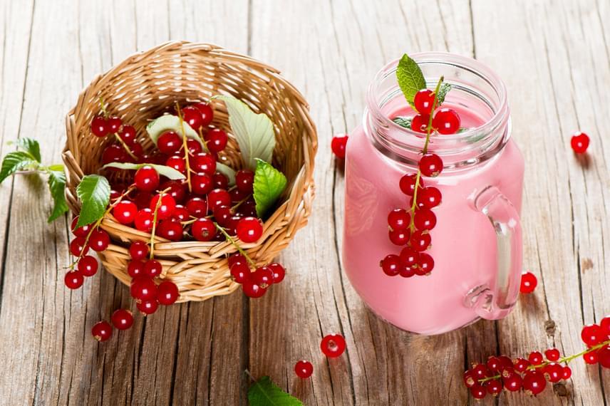 A ribizli a magas ásványianyag- és vitamintartalom mellett antioxidáns hatóanyagaival is védi az egészséget, fogyasztásának erőteljes rákellenes, rákmegelőző hatása van. Ha szeretnéd a lehető legegészségesebben indítani a napod, egy kevés natúr joghurt hozzáadása mellett fogyaszd turmixként.