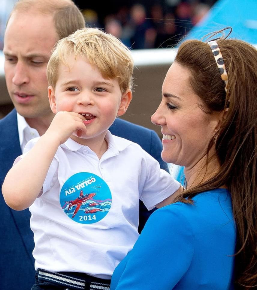 György herceg először még kicsit bátortalan volt, így csak édesanyja kezéből merte közelebbről megnézni a repülőket és a helikoptereket.