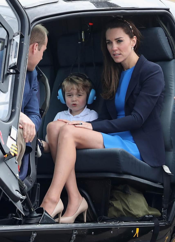 Később ő is beülhetett a gépbe, hogy felülről is megnézhesse a repülőket. Láthatóan nagyon izgatott volt a felszállás előtt.