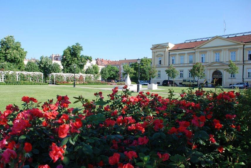 A szolnoki Verseghy park különlegessége a májustól őszig gyönyörűen pompázó, lugasos rozárium, amelyet kizárólag Magyarországon nemesített rózsafajok ültetésével alakítottak ki. Így vált lehetővé, hogy a rózsák a Noémi, a Mohács vagy a Tündér Ilona nevet viselhetik.