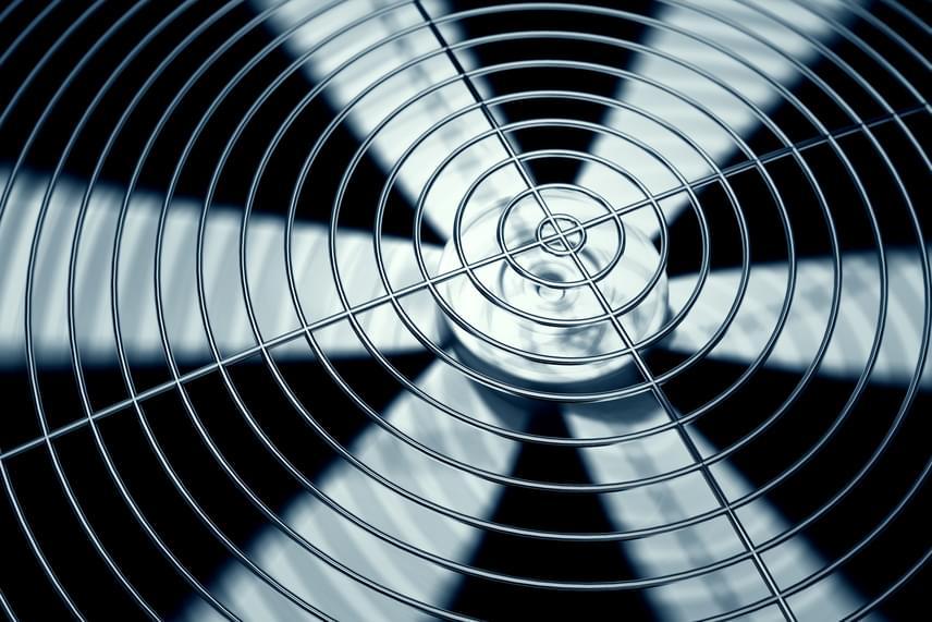 A légkondicionáló berendezés helyett nem véletlenül választják sokan a már néhány ezer forintért is beszerezhető ventilátort: bár a lakást ez sem hűti le, a levegő keringetésével elviselhetővé teszi az egy helyben tartózkodást, és ha megfelelő távolságba helyezed - úgy, hogy ne érezd kellemetlennek, de még tapasztald a hatását -, képes akár hosszabb időre is elhitetni, hogy kicsit hűvösebb van.
