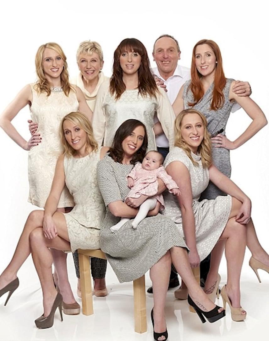 Íme, a lányok ma: ugye, hogy milyen csinosak? Sarah kezében már saját kisbabáját láthatod. Erősek, magabiztosak, boldogok - babakorukban azért küzdöttek az orvosok, a szülők és a kicsik maguk is, hogy egyszer így együtt láthassák őket.