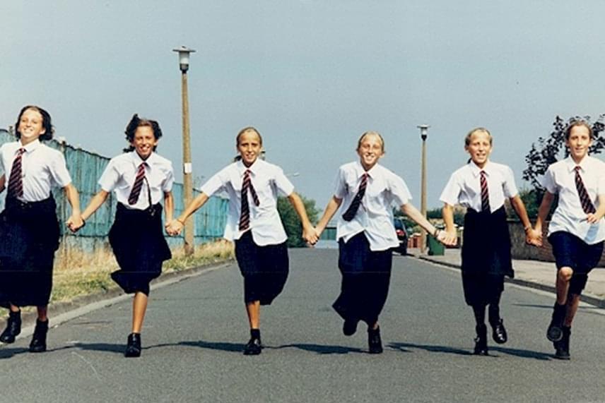 Ezen a képen már iskolás egyenruhájukban láthatod őket. Luci felnőttként egy repülőtéren dolgozik, Kate adminisztrátor, Hannah tanár, Ruth PR-szakember, Jennie cukorkaboltot vezet, Sarah pedig éppen gyesen van.
