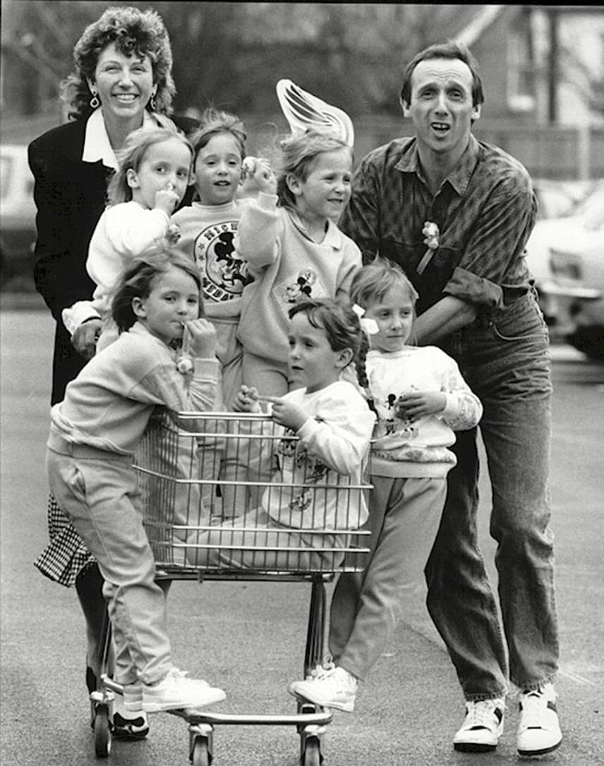 A hat kicsi szerencsére gyorsan megerősödött, és cseperedni kezdett. A család a mindennapi teendőkkel szépen boldogult, hat lurkóval is gond nélkül megoldottak mindent.