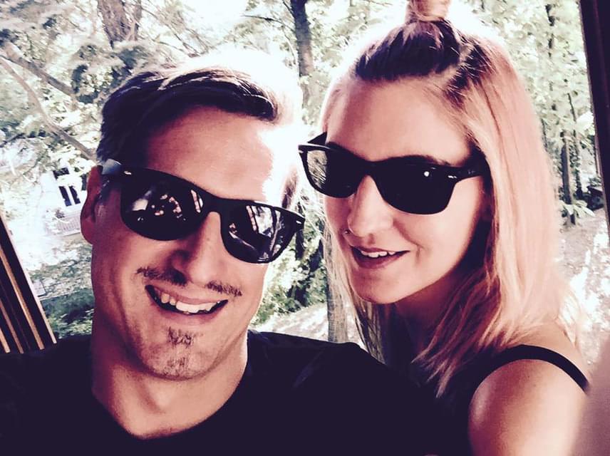 A 40 éves Pély Barna és a 32 éves Galambos Dorina a Megasztár első szériájában szerettek egymásba. 2013 nyarán házasodtak össze.