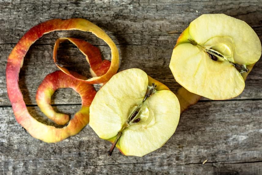 Az alma héját se dobd ki, szintén nagy hasznát veheted ugyanis a mosogatásban, legalábbis ami az alumíniumedények aljára égett ételmaradványokat illeti, könnyebben eltávolíthatod őket, ha almahéjat teszel az adott edény aljára, felöntöd vízzel, majd felforralod. Kattints ide, és további almahéjas praktikákat is megismerhetsz.