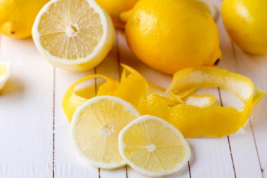 Ha az alumíniumedények oldala megfeketedett, ahelyett, hogy hosszasan dörzsölnéd, törölgesd át egy félbevágott citrommal, újra szép világos lesz tőle a felület. A citromos bedörzsölést tovább érdemes bevetni olyan rozsdamentes evőeszközök esetében is, amelyek befogtak valami nagyon kellemetlen szagot.