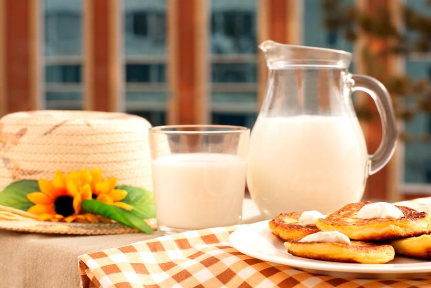 Sokan tartják egészségesnek a kezeletlen, nyers tejet, ugyanakkor ez az egyik legkockázatosabb ital, amennyiben nem tartod be a felhasználhatósági időre vonatkozó szabályokat, az E.coli baktérium ugyanis rendkívül gyorsan elszaporodhat benne, még akkor is, ha hűtőben tartod. A legjobb, ha felforralod a tejet, és lehetőleg még frissen, aznap elfogyasztod, de abban a legtöbben egyetértenek, hogy még így, illetve hűtőben tartva is fel kell használni a nyers tejet legfeljebb két-három napon belül.