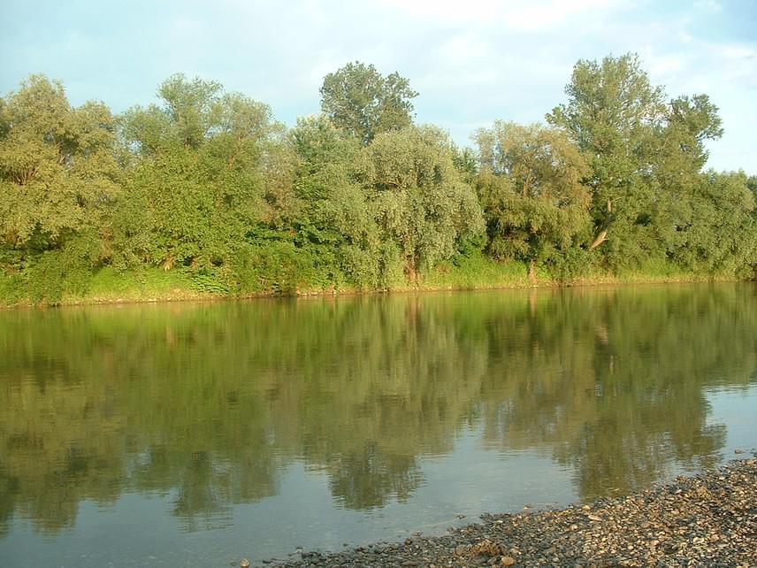 A Tiszáról ugyanakkor számos esetben elterjedt már a hír, miszerint vize elképesztően szennyezett. Ez sajnálatos módonvalóbantöbbször is helytálló volt, ám jelenleg korántsem indokolt, hogy kerüld a megmártózást. Igaz, a helyszín nem mindegy: a csongrádi Körös-Toroknál, Rakamaznál és Újszegednél is kiváló minősítéssel büszkélkedhet a leghosszabb magyarországi folyó.