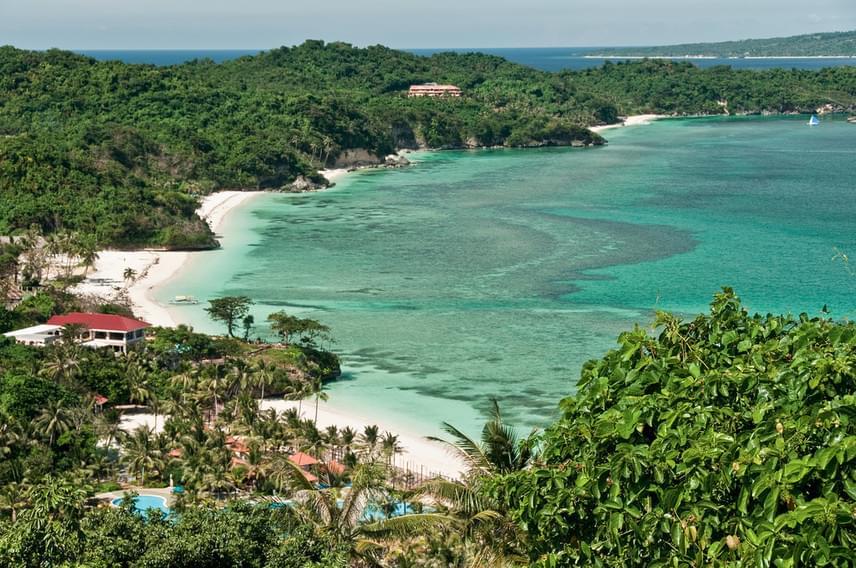 Nem véletlen, hogy a turisták jelentős része ódákat zeng a Fülöp-szigetek lakóiról, a filippínókról. Aki tudja, milyen lazák arrafelé az emberek, nagy örömmel utazik a szigetcsoport bármelyik pontjára. Az idei legszebbek közé most Boracay került be, a sziget, ahol országos viszonylatban talán az egyik legnagyobb az egy főre jutó, bulizni vágyó külföldiek száma.