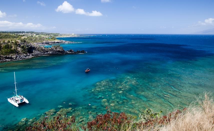 Nemcsak az USA egyik államának, hanem az állam legdélibb és legnagyobb szigetének is Hawaii a neve - így, két i-vel írva. Az orchideák szigetének is nevezik a mesés tájat, ami egyben csodás csillagászati körzet, sőt, otthont ad egy varázslatos nemzeti parknak is. Álomba illő strandok, napfény, boldogság - nem is csoda, hogy Hawaii is bekerült a legszebb szigetek közé.