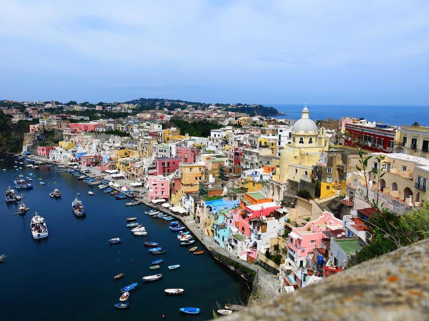 Ha egyetlen szigeten szeretnéd magadba szippantani az olasz életérzést, Ischia tökéletes választás. A sziget, ami idén bekerült a világ legszebbjei közé, némi túlzással úgy működik, mint egy kicsi ország. Ha nyugalomra vágysz, találsz ott elhagyatott, mesés természetközeli helyeket. Ha viszont a nyüzsgés vonz, belevetheted magad a lüktető tömegbe. Aztán pedig lazításként a tengerbe vagy éppen a sziget vulkáni gyógyvizébe.