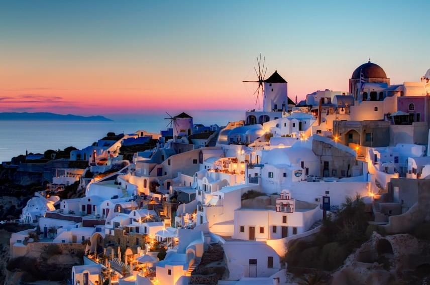 A mesés görög sziget, Santorini éppen olyan, mint amilyennek mindenki képzeli: ez az a hely, ahol valóra válik minden romantikus álom. Mégse foglalj szállást hosszú időre a szigeten. Ugyanis egy nap alatt mindent megkaphatsz, amit a hely nyújtani tud. Természetesen ez mit sem ront a varázsán. Santorinit legalább egyszer mindenkinek látnia kell!